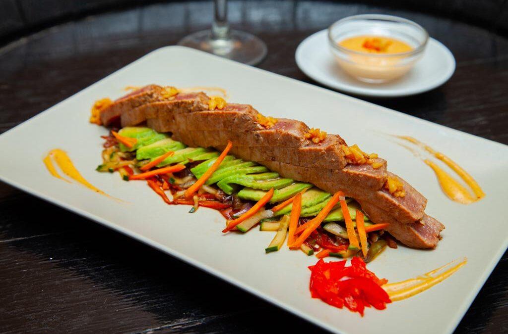 Receta de Tataki de atún con salsa de kimchi y aceite de trufa y vinos de la tierra